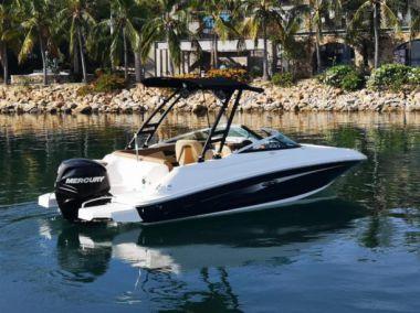 Продажа яхты 2015 Sea Ray 220 Sundeck Outboard  - SEA RAY 220 Sundeck Outboard